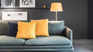Salon avec peinture noire canape italien et touche de couleur jaune