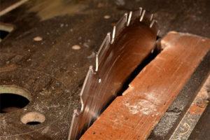 Comment changer une lame de scie à ruban?