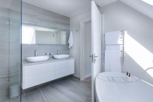 Aménager sa salle de bain : douche ou baignoire, que choisir ?